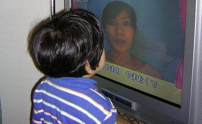 DVDを見る娘の図